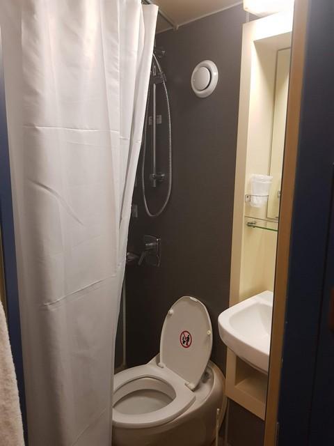 Pride of Bruges - cabin bathroom